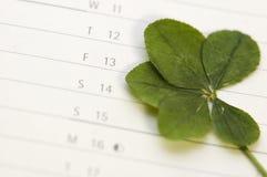 Trébol de cinco hojas y viernes 13 Imagen de archivo libre de regalías