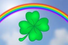 Trébol de cuatro hojas con el fondo del arco iris y del cielo Imagenes de archivo
