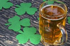 Trébol y cerveza - símbolo del trébol del día de St Patrick Imagen de archivo libre de regalías