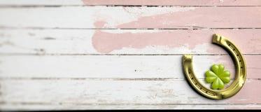 Trébol y herradura de la hoja del ` s cuatro de St Patrick en el fondo de madera, bandera, espacio de la copia ilustración 3D Imágenes de archivo libres de regalías