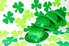Trébol y sombrero irlandés. Imagenes de archivo