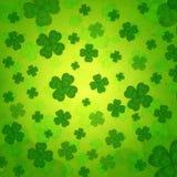 Tréboles cuatro-con hojas rayados en viejo fondo de papel verde Fotografía de archivo libre de regalías