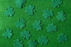 Tréboles o tréboles verdes en fondo verde Imagen de archivo