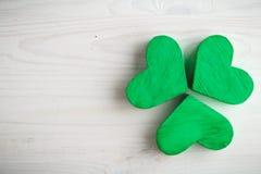 Tréboles verdes del trébol en el fondo de madera blanco Foto de archivo libre de regalías
