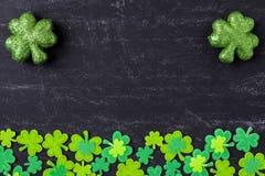 Tréboles verdes en fondo de la pizarra Fotos de archivo