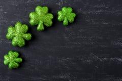 Tréboles verdes en fondo de la pizarra Imagen de archivo