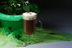 Tréboles y café irlandés en obscuridad fotografía de archivo libre de regalías
