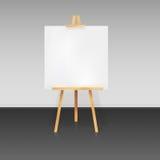 Trépied en bois avec une feuille de papier blanche Images stock