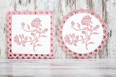 Trépieds roses en bois avec le modèle floral photos stock