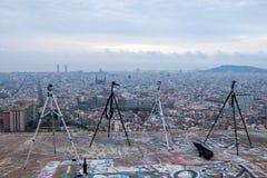 Trépieds sur une colline avec une vue panoramique de Barcelone Image libre de droits