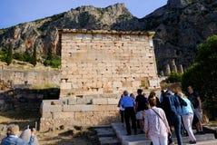Trésor des Athéniens et du temple d'Apollo, Delphes, Grèce photos libres de droits