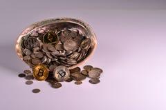 Trésor des pièces en argent avec les pièces de monnaie mordues image stock