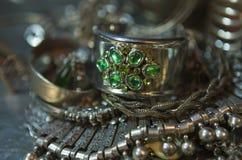 Trésor, tas de beaux bijoux nuptiales argentés orientaux (Indi Images stock