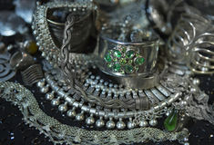 Trésor, tas de beaux bijoux nuptiales argentés orientaux Indi Photo libre de droits