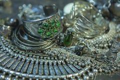 Trésor, tas de beaux bijoux nuptiales argentés orientaux Indi Photographie stock