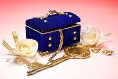 Trésor Touche fonctions étendues, anneaux de mariage et roses blanches Photographie stock