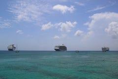 Três âncoras dos navios de cruzeiros no porto de George Town, Grande Caimão Fotografia de Stock Royalty Free
