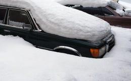 Três adormecidos caídos carro pela neve no monte de neve Foto de Stock Royalty Free