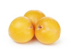 Três ameixas amarelas maduras Fotografia de Stock