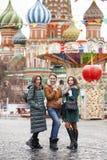 Três amigas bonitas felizes fotos de stock