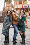 Três amigas bonitas felizes fotografia de stock