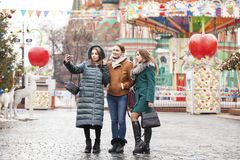 Três amigas bonitas felizes fotos de stock royalty free
