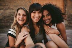 Três amigas de sorriso bonitas que tomam o selfie imagens de stock royalty free