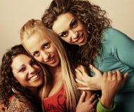 Três amigos de menina que sorriem junto Fotos de Stock