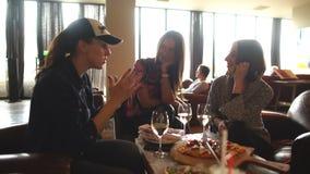 Três amigos em um vinho bebendo do restaurante vídeos de arquivo