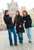 Três amigos em uma rua Fotografia de Stock Royalty Free