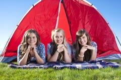 Três amigos que acampam e que apreciam ao ar livre fotografia de stock royalty free