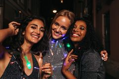Três amigos que comemoram o ano novo foto de stock