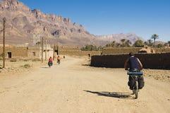 Três amigos que dão um ciclo em Marrocos sul fotografia de stock