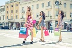Três amigos que fazem a compra fotografia de stock