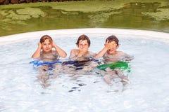 Três amigos que imitam os três macacos sábios Imagens de Stock Royalty Free