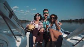 Três amigos que têm o divertimento no barco Fotos de Stock