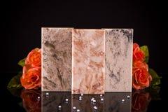 Três amostras da bancada da cozinha feitas da pedra do granito, do mármore e do quartzo Imagens de Stock
