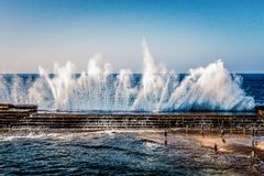 Três associações naturais ao lado de uma praia Bajamar tenerife foto de stock royalty free