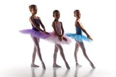 Três bailarinas pequenas que dançam no estúdio da dança Fotografia de Stock Royalty Free
