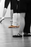 Três bailarinas que estão um que aponta Fotografia de Stock
