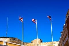 Três bandeiras que voam sobre Castillo De San Felipe Del Morro Fotografia de Stock Royalty Free