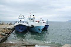 Três barcos azuis no Lago Baikal foto de stock