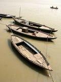Três barcos de madeira que flutuam na água fotografia de stock royalty free