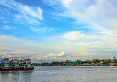 Três barcos de pesca amarrados no rio de Maeklong Fotografia de Stock