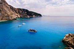 Três barcos em Porto Katsiki, Lefkada Fotografia de Stock