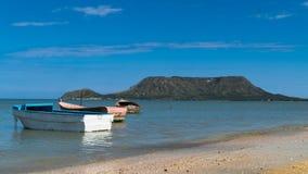 Três barcos na praia Fotos de Stock
