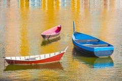 Três barcos no porto imagens de stock royalty free