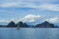 Três barcos que navegam através do grupo tropical de ilhas Imagens de Stock Royalty Free