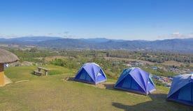 Três barracas do azul nos montes altos Céu azul e montanha do fundo fotos de stock royalty free