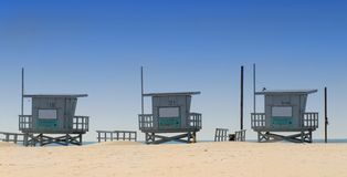 Três barracas do lifeguard em Veneza encalham, Califórnia Fotos de Stock